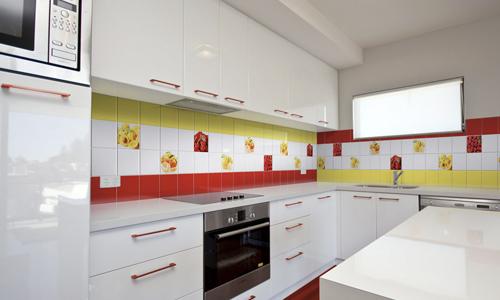 Яркий кухонный фартук из керамической плитки