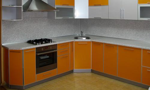 Кухня с фасадами из пластика в алюминиевой рамке