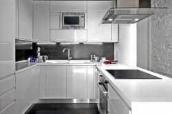 Белая матово-глянцевая кухня