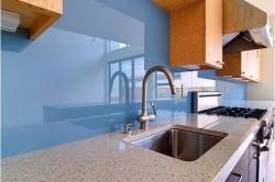 Бесцветный стенкляный фартук для кухни