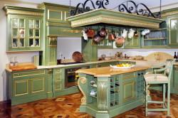 Классическая кухня из Италии в оливковых тонах