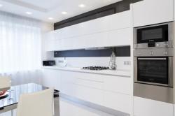 Контрастная кухня в стиле минимализм