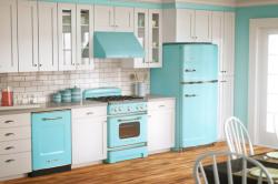 Голубой холодильник, встроенный в кухонный гарнитур
