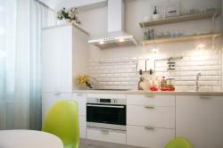 Одноуровневая кухня с вытяжкой