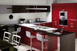Красно-черная кухня с белыми стульями