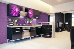 Кухня с баклажановыми стенами