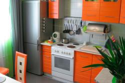 Холодильник на кухне в углу