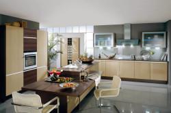 Кофейная кухня с глянцевыми поверхностями