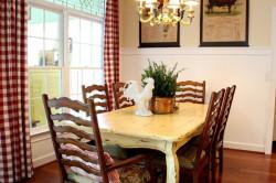 Вышитые картины в интерьере кухни