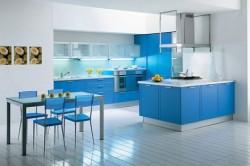 Кухня выполненная в ярко-голубых тонах
