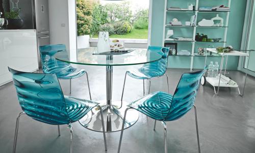 Прозрачные стулья в дизайне кухни