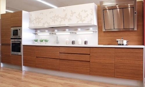 Популярная кухня цвета зебрано