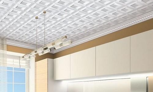 Отделка потолка в помещении кухни