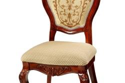 Деревянный стул с мягким сиденьем, украшенный резными деталями