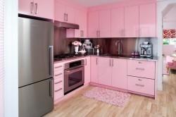 Сочетание розового и цвета металлика в интерьере кухни