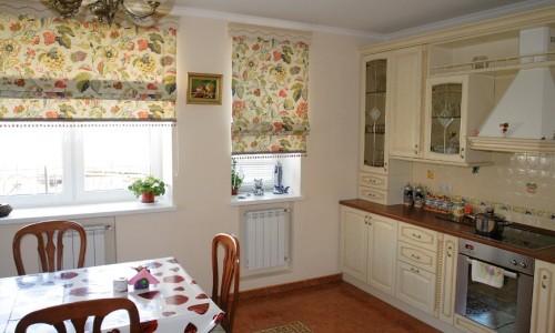 Оформление рольшторами эркерного окна на кухне