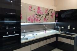 Орнамент дерева сакуры в интерьере кухни