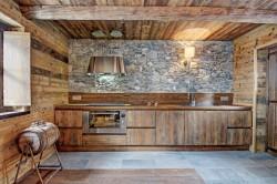 Кухня в стиле шале с использованием камня