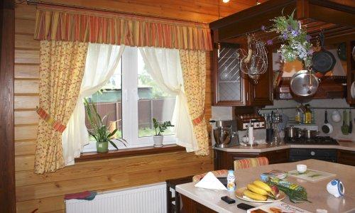 Красивое оформление окна на кухне