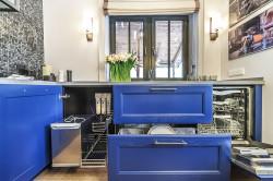 Ящики для хранения посуды под окном