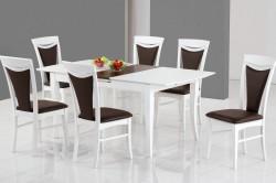 Деревянные стол и стулья на кухне