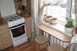Стол на кухне из подоконника