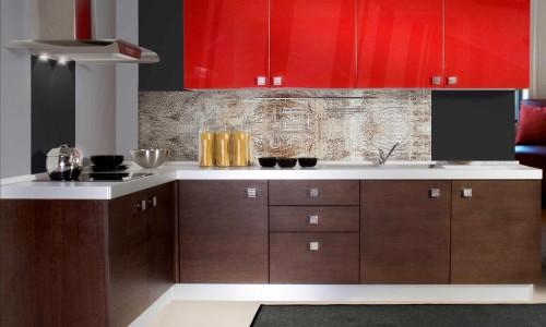 Угловая кухня с яркими шкафчиками