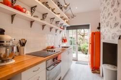 Узкая кухня с полками