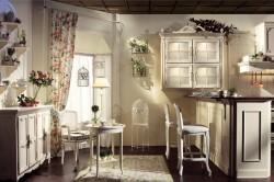 Хлопковые шторки в небольшой цветочек на ванильной кухне