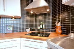 Кухонная вытяжка в углу кухни